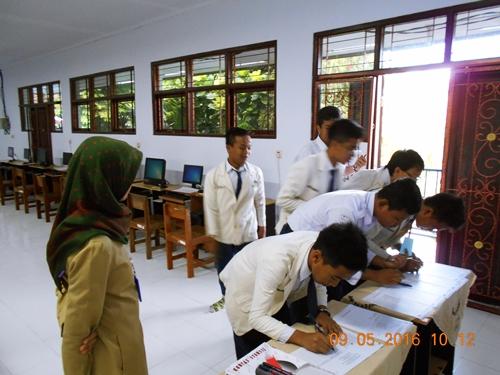 Para siswa mengisi absensi UNBK