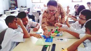 Para siswa sedang asyik KBM dengan bahasa inggris di Program Qitep In Math