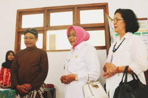 Wakil Bupati meninjau stand pameran film siswa