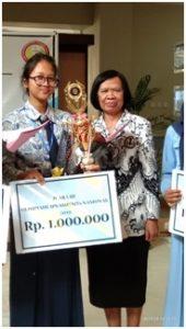 Penerimaan piala dan penghargaan bersama Ibu Sutarmi
