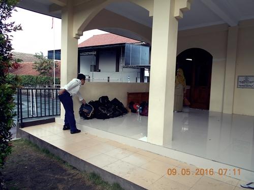 Tas siswa di kumpulkan di serambi masjid