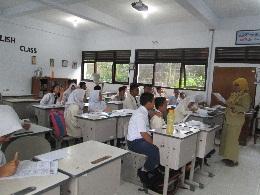 Gb. 34 Guru sebagai fasilitator membantu siswa mengurai masalah & menambahkan informasi maupun menambah wawasan bagi siswa agar dapat menyelesaikan masalah maupun mengerjakan soal sendiri. (kegiatan ini berlangsung setiap hari)